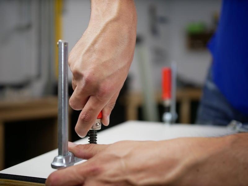 Fixez le panneau HPL avec des pinces