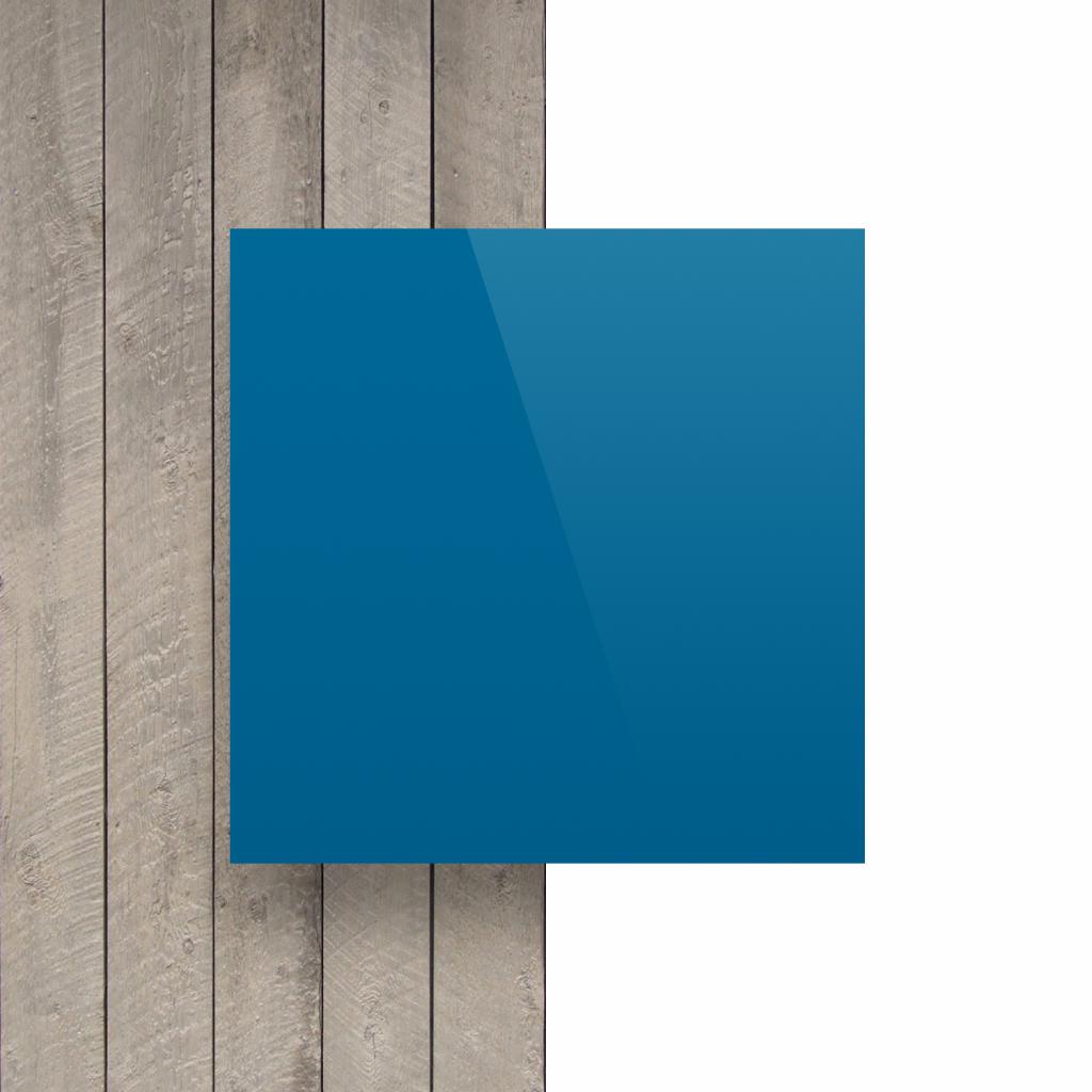 Plaque avec lettres bleu signalisation devant