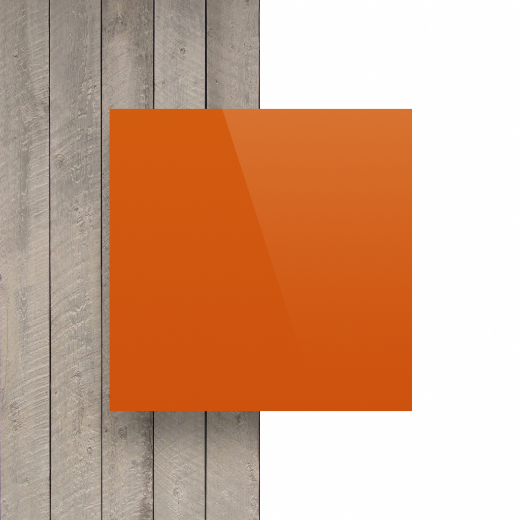Plaque avec lettres orange devant